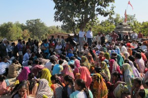 Photo 3. The crowd of local and international participants listen to Ganesh Devy